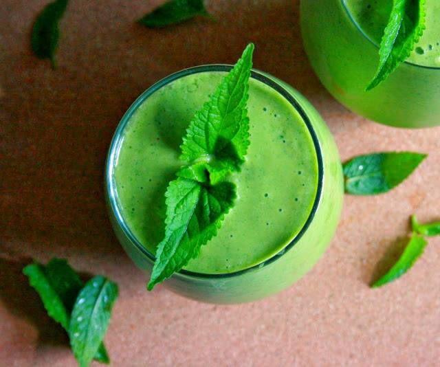 Zielone koktajle: jarmuż + mango + mięta + mleko kokosowe + wiórki kokosowe
