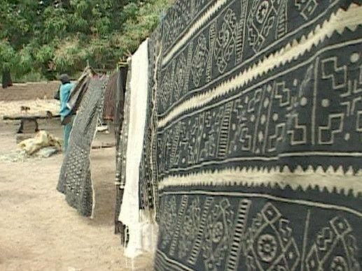 De bogolan is een stuk kleed beschilderd met modder. Elke familie heeft hiervoor eigen kleuren, symbolen en patronen. Zelfs kunstenaars en mode-ontwerpers zijn gefascineerd door de Afrikaanse bogolan.
