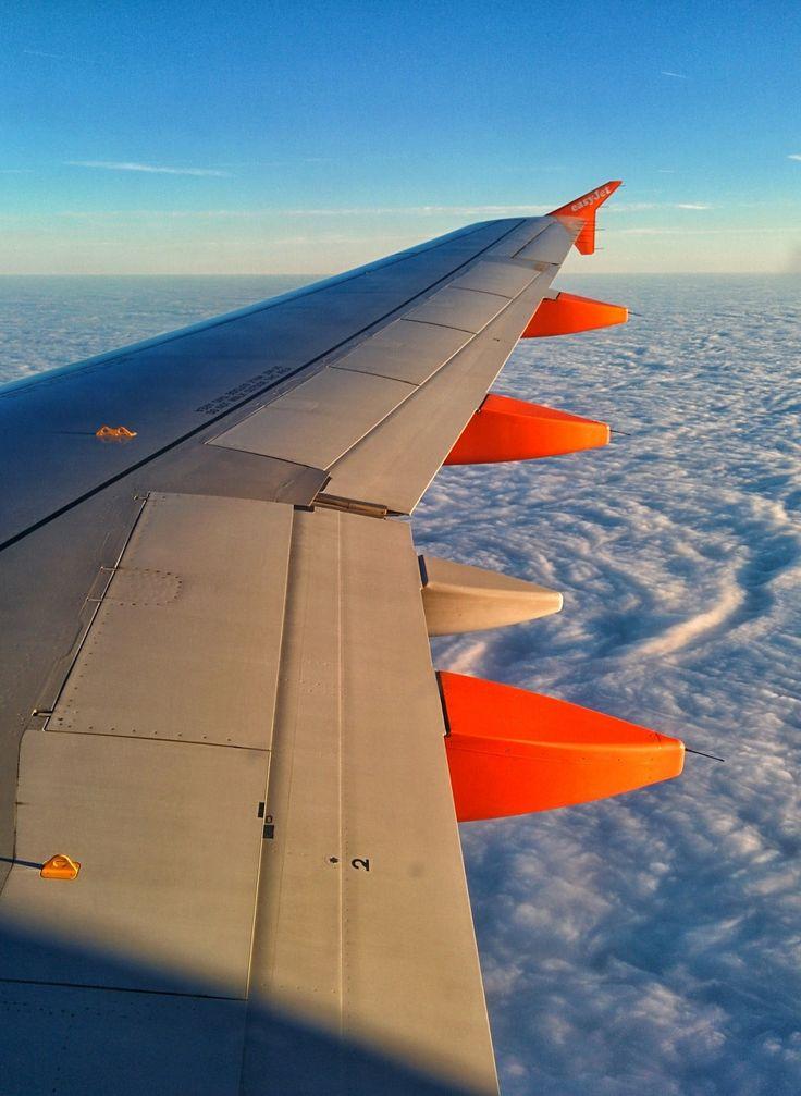 Urlaubsheld-Redaktuer Daniel nimmt die Billigflieger unter die Lupe! Mehr dazu im Urlaubsheld Magazin
