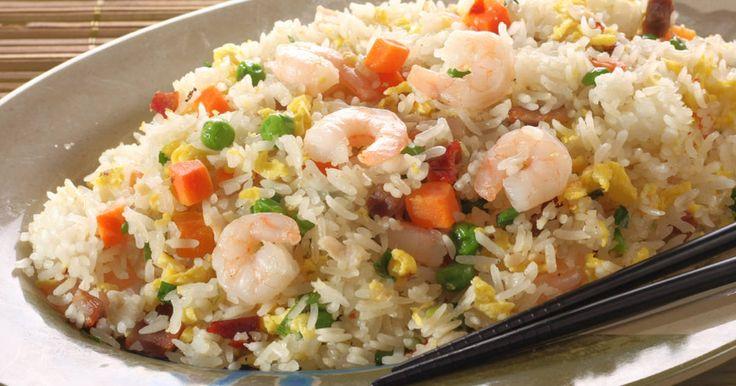 Fabulosa receta para  Arroz chino fácil. La preparacion de este arroz, es fácil..y sabe delicioso..!! Arroz tailandés con jamón, pimientos, cebolla de rabo y champiñones, se sirve con salsa de soja.