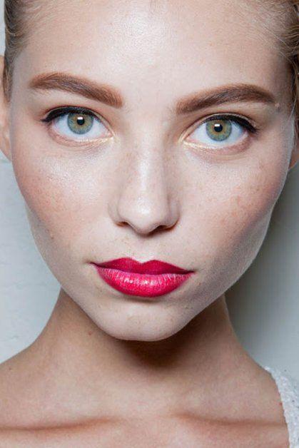 Что бы выглядеть идеально, заранее подготовьте кожу лица. НО никаких химических пилингов, и лучше не экспериментируйте с процедурами! Желательно за две недели, раз в два дня делайте очищающее  и увлажняющие маски. А лучше всего, сходите к косметологу на несколько сеансов массажа лица. Ведь вам нужно сиять!!!