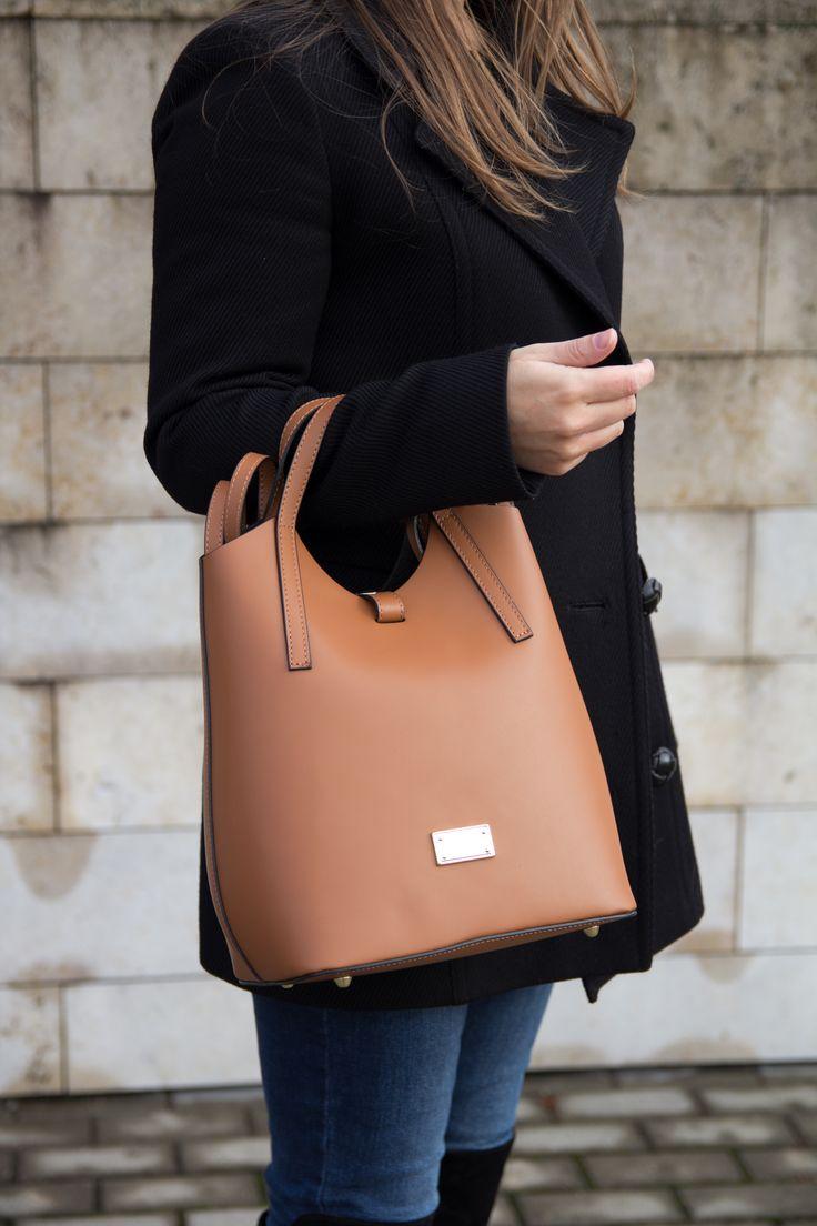Az Artume hátizsáknak egy tágas rekesze van, ezt kiegészíti egy kivehető cipzáras tasak, amelyet olyan apró dolgokhoz terveztünk, mint a rúzs és a mobiltelefon. Patenttel záródik, a pántjai állítható hosszúságúak.  www.livialippi.hu/shop/artume