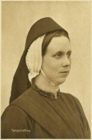 Ansichtkaart met portret van een vrouw in Terschellinger klederdracht, eerste helft 20e eeuw.