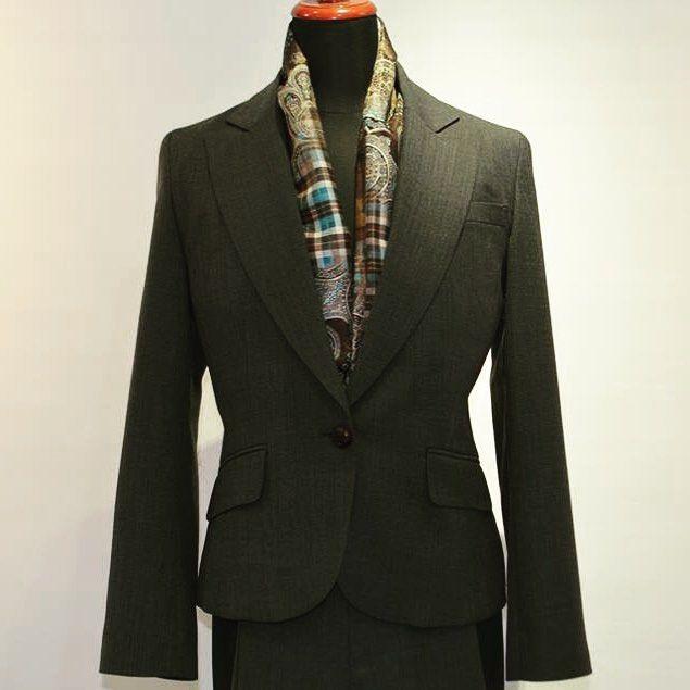 オフィスも華やぐ女性のかっこいいを叶えたパンツスーツ!! ロイスマンでは36000円税抜からメンズ&レディーススーツをお仕立て頂けます  ジャケットはウエストラインの美シルエットを追求したコンパクト丈ワンボタン仕様パンツはショート丈と相性の良い細身シルエットで脚線美を直感的に見せる効果も抜群です!! オーダースーツ 価格2P36000円税抜 取り扱い店舗ロイスマン五反田店 納期約4週間 フルオーダーシャツ専門の東京有楽町本店とオーダースーツは東京五反田店にて承ります ご購入を検討のお客様へ 秋冬シーズン期間中につき来店はご予約のお客様を優先とさせて頂いています スムーズにお買い物をお楽しみ頂く為にもご来店の際は必ずお電話orWebでの来店予約をお願い致します 電話予約はこちら 五反田店03-5423-5033定休日水曜 有楽町店03-3211-7650定休日土日祝日 Web予約はこちら http://ift.tt/1KIm3yN  何卒ご理解とご協力のほどお願い申し上げます  #OrderMadeSuit #オーダースーツ #Tokyo #東京 #Gotanda #五反田…