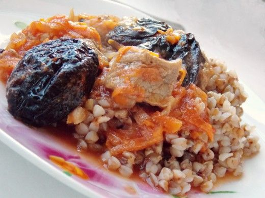 Какое мясное блюдо приготовить к ужину? Если у Вас имеется кусочек говядины, но Вам кажется, что перекручивать его на мясорубке и делать котлеты – слишком долго, а просто тушить мясо в луковой подливе – чересчур просто, давайте освоим новое блюдо. Попробуйте тушёную говядину с черносливом – этот несложный, но изысканный рецепт станет одним из Ваших любимых! Ингредиенты те же, что и для обычной томатной подливы из мяса с морковью и...