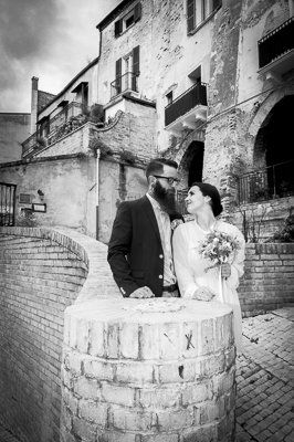 Abruzzo weddings. Bride and groom in the village of Buccianico, Abruzzo. Abruzzo wedding photography by www.jhalesfotografia.com