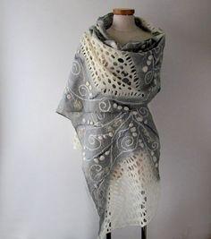 Bufanda de fieltro, bufanda de fieltro gris blanco, chal gris blanco gris lana bufanda de las mujeres chal poncho de lana gris por Galafilc Se hizo esta bufanda fieltro de lana de merino suave por medio de un wet felting proceso. La bufanda es muy delgada y delicada. La bufanda fue decorada con fibras de seda, hilado de lujo Usted puede usar como bufanda, abrigo o poncho Es un accesorio fabuloso para todas las estaciones. Medida aproximadamente 185 x50cm (74-20) Listo para enviar! Cuidad...