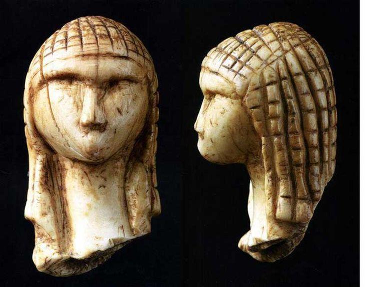 Venere di Brassempouy; datazione: circa 25.000 anni fa.;  tecnica: avorio di mammut scolpito a tutto tondo; luogo: trovata in Francia, a Brassempouy, ora si trova al Musée d'Archéologie Nationale di Parigi
