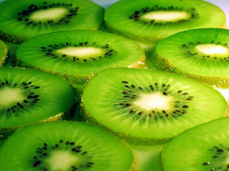 Инвестиции в будущее (выглядеть моложе на 10 лет) - киви - этот фрукт содержит в себе большое количество витамина С  который, по заключению разнообразных исследований, замедляет процесс старения, стимулируя выработку коллагена. 2 киви в день, наш супер аскорбин -> витамин К1 (филлохинон) и большое количество витамина С, которые в сочетании замедляют процесс старения и стимулируют выработку коллагена. Достаточно съедать два киви в день.