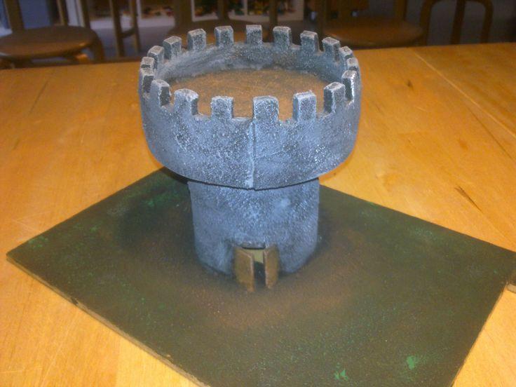 tårn lavet af ligge underlag, pap ruller og sand