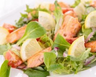 Salade citronnée au saumon et aux tomates cerise