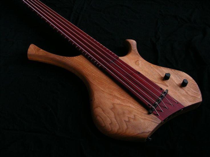 Bajo fretless Nestor Navarro  Beautiful wood, a bit too corner-full