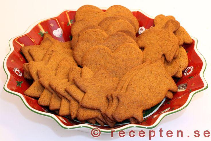Pepparkakor - Mitt bästa recept på goda pepparkakor med beskrivande bilder. Pepparkaksdegen är enkel att göra och kryddad med pepparkakskryddorna ingefära, kanel, nejlikor och kardemumma.