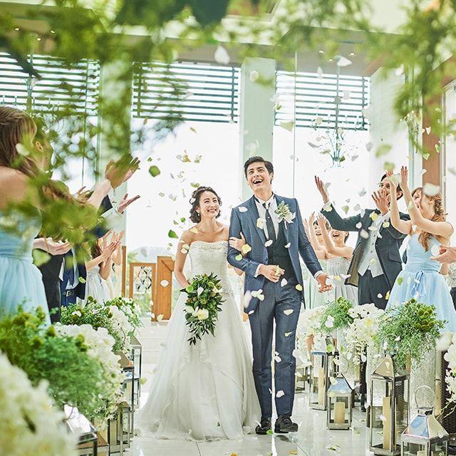 どこまでも広がる空と緑の絶景、光に満ちた感動のチャペル。千葉県・千葉みなとの結婚式場「ザ・ミーツ マリーナテラス」のチャペルをご案内いたします。