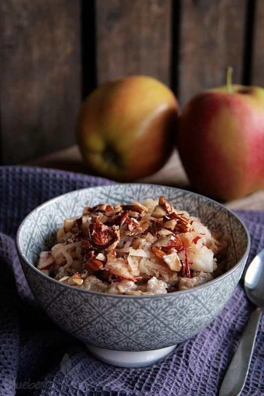 Wärmendes Apfelkuchen-Porridge mit glasierten Mandeln   veganes Frühstück   veganes Oatmeal   veganes Porridge   gesundes Frühstück   vegane Rezepte I Entdeckt von Vegalife Rocks: www.vegaliferocks.de ✨ I Fleischlos glücklich, fit & Gesund✨ I Follow me for more vegan inspiration @vegaliferocks