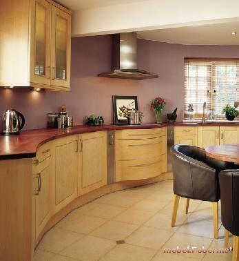 Кухонный из светлого дерева со светло-бордовой панелью