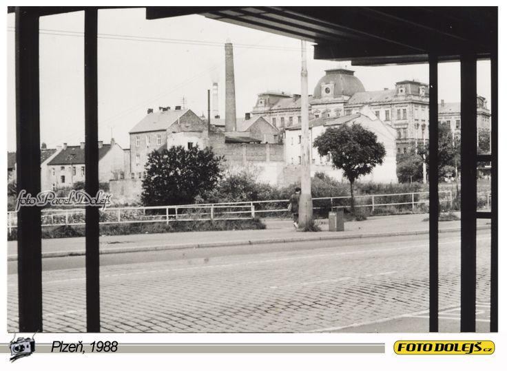 1988 Plzeň, pohled na Hamburk z tehdejší Moskevské ulice. Foto Pavel Dolejš.