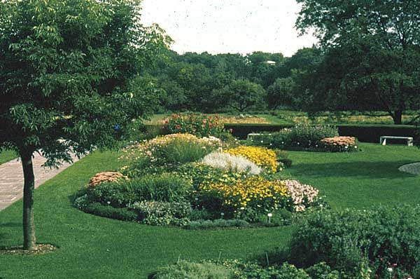 17 images about round flower beds on pinterest gardens for Round flower garden designs