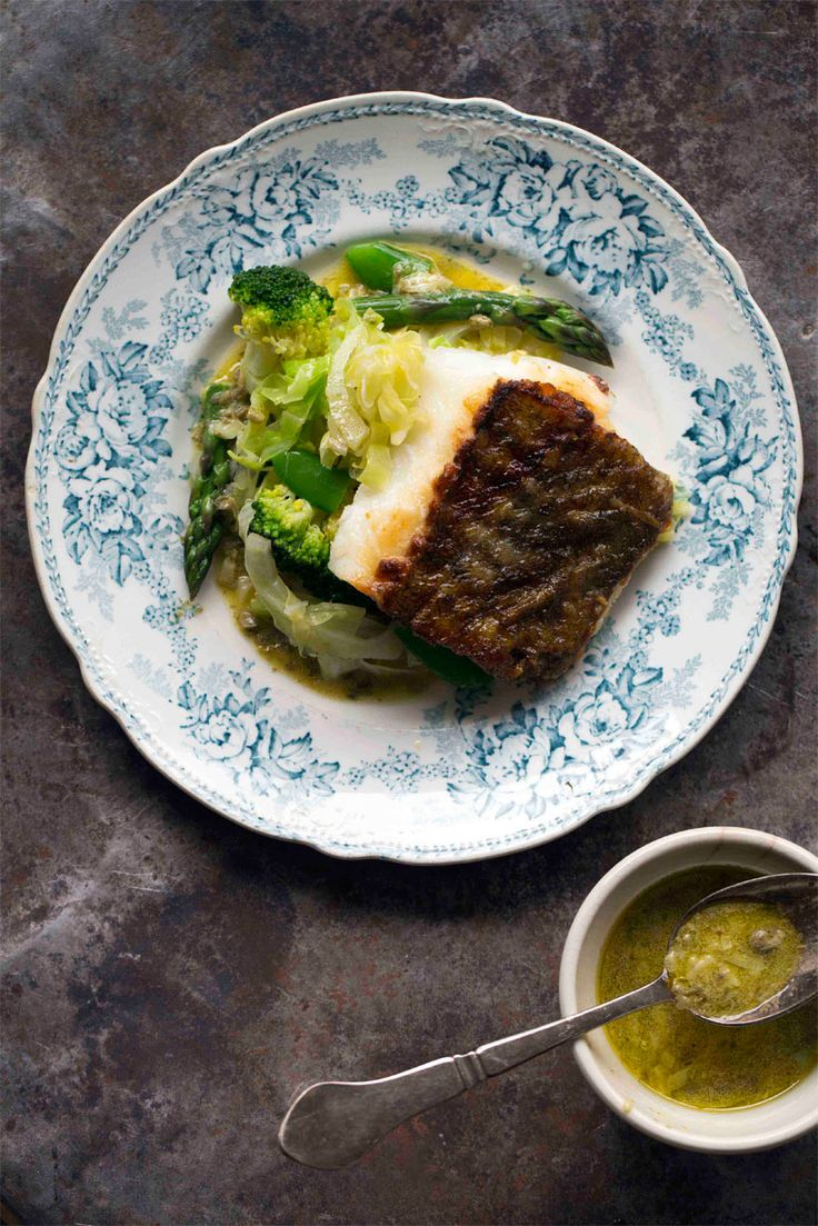 Oppskrift på dampet nykålsalat med stekt torsk fra matbloggen Borte Borte Hjemme #middag #fisk