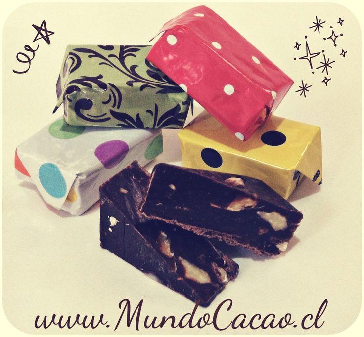 Calugas de chocolate: naranja-almendras, nuez, maní-piña y cerezas-avellanas chilenas.