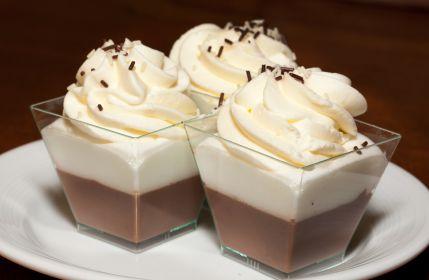 Este delicioso mousse de chocolate blanco y negro se sirve bien frío y decorado con crema batida. Es un postre ideal para tenerlo listo desde un día antes.