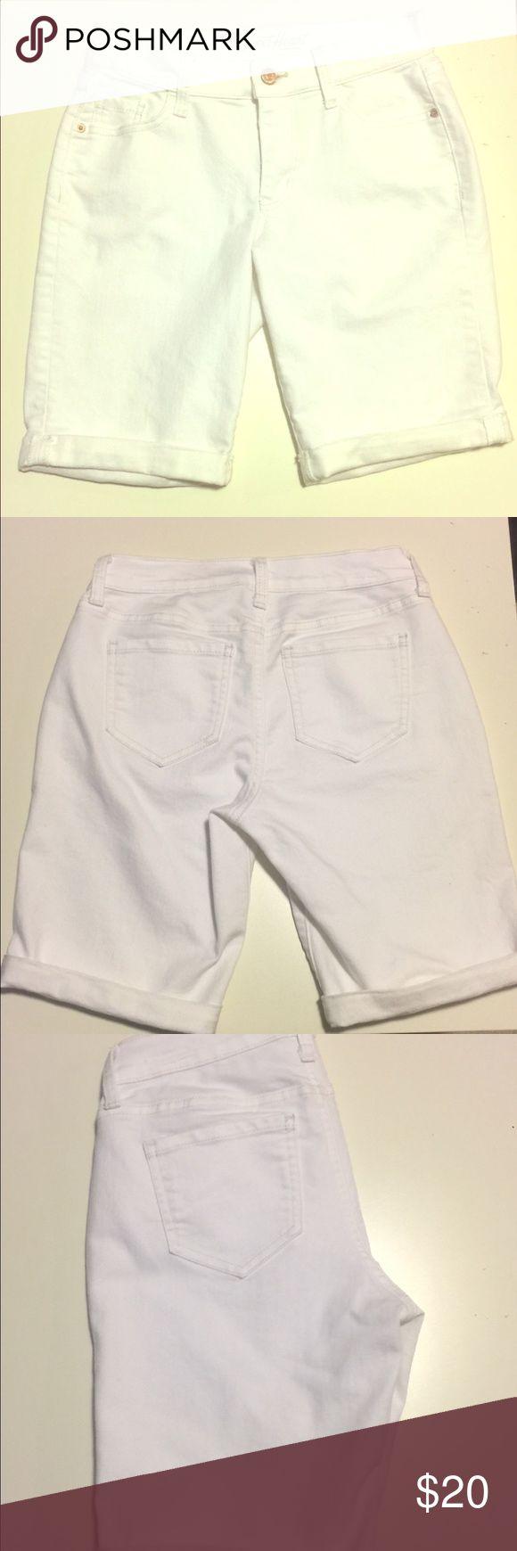 Old Navy Women's White Bermuda Shorts Size 0 Clean White Bermuda Shorts in size regular 0, denim Old Navy Shorts Bermudas