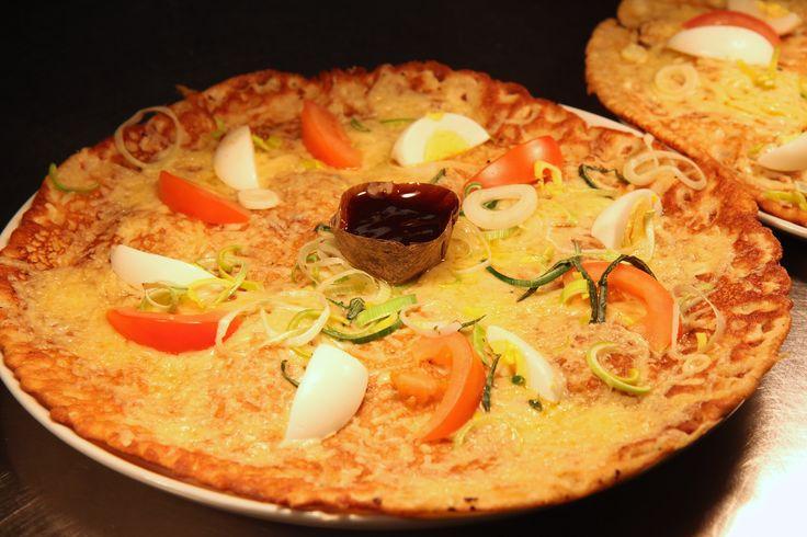 Boeren pannenkoek met: champignons, ui, spek, ham, kaas, prei, tomaat en een gekookt eitje