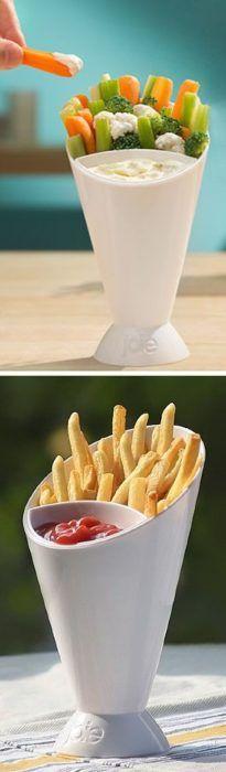 Un vaso con separación para poner papas a la francesa y dip, o verduras o cualquier otra cosa