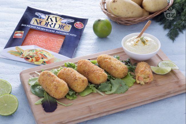 Le crocchette di patate e salmone con salsa allo yogurt sono un antipasto sfizioso e nutriente: piccole crocchette con pesce accompagnate da yogurt.