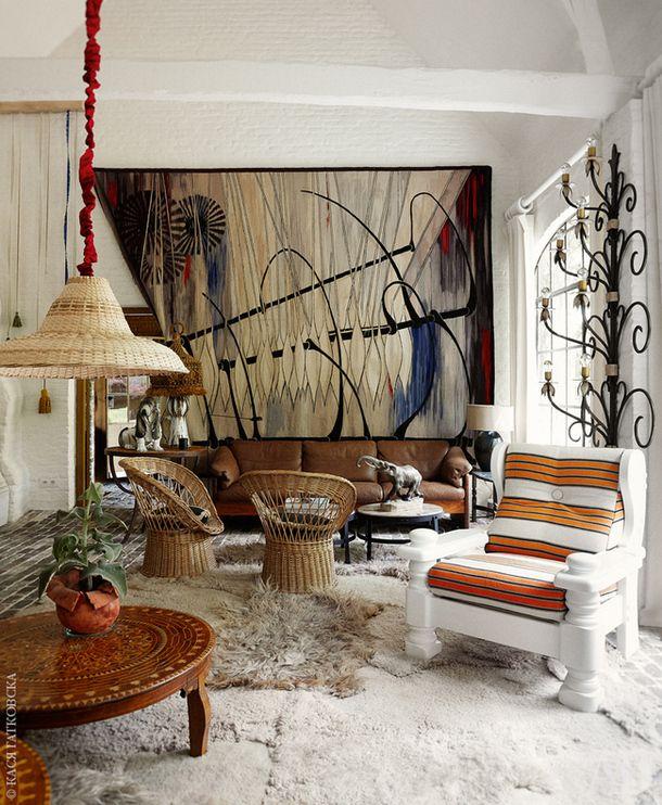 Гостиная. Массивное кресло на переднем плане — типичный предмет обстановки в домах фламандского рабочего класса, облагороженный с помощью белой краски и полосатой ткани, купленной на Ибице. На стене бельгийский гобелен 1950-х годов, вытканный на Manufacture De Wit по дизайну Рожера Дюанта. Диван 1970-х годов по дизайну Микаэля Лаурсена. Плетеные кресла — итальянские, а абажур для лампы Демейер сделал своими руками.