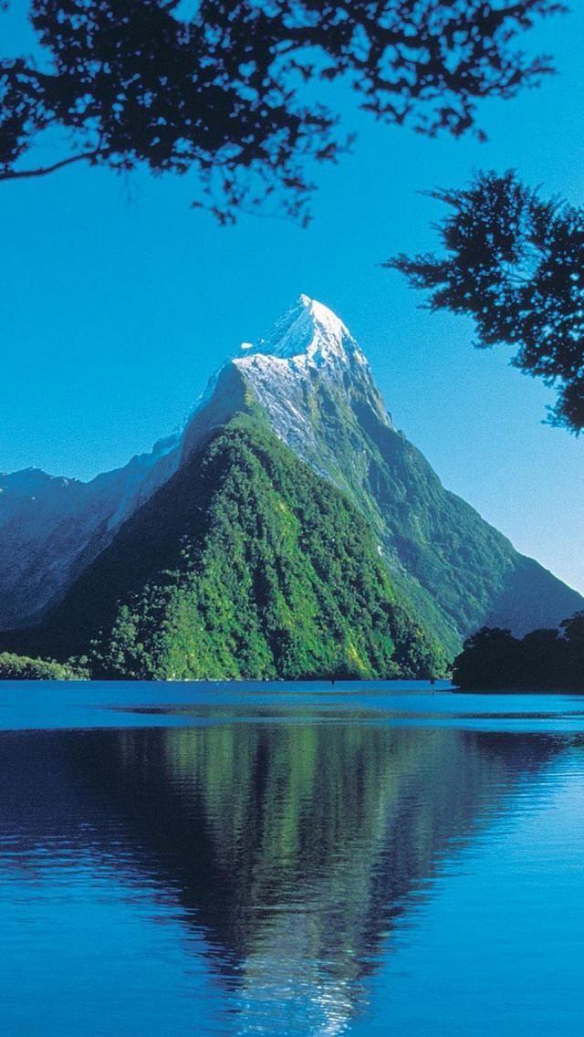Milford Sound, Fiordland National Park, South Island, New Zealand. Estive lá e além de lindo, soa como um aviso de navio