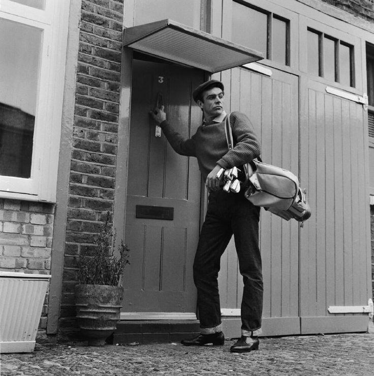 Шон Коннери выходит из своей лондонской квартиры, чтобы отправиться играть в гольф, 1962 год.
