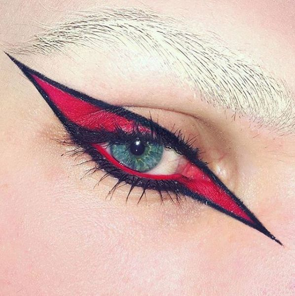 ⚡️✨Starstruck ✨⚡️ @bankselliott uses our Precision Gel Liner to create a graphic eye.