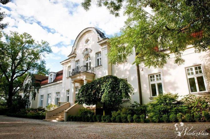 Pałac w Zdunowie został wybudowany w latach 1905-1910, dla Stanisława i Cecylii Jaworowskich, herbu Lubicz.  W czasie okupacji niemieckiej w siedzibie pałacu urządzono szpital. W 1946 roku majątek został przejęty przez Skarb Państwa - stanowił on siedzibę dla wojsk radzieckich, potem Wojska Polskiego, później mieścił się tu Państwowy Dom Dziecka. W latach 1957-1958 pałac służył jako Zasadnicza Szkoła Rolnicza. Obecnie w murach pałacu mieści się kompleks hotelowy.