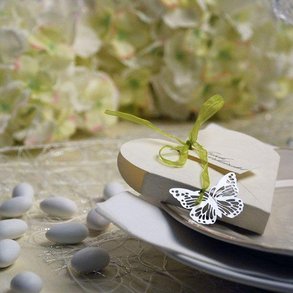 Geprägte Katonage befüllt mit Mandeln als Gastgeschenk zur Hochzeit