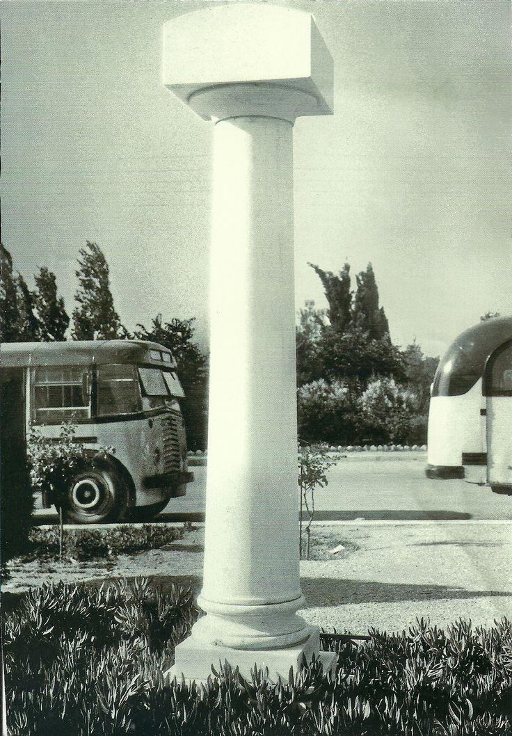 Κεντρική Πλατεία Χαλανδρίου στην πρώτη μεταπολεμική περίοδο με το μνημείο των πεσόντων και την αφετηρία των τότε αστικών λεωφορείων.