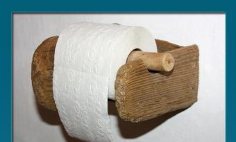 Gibt es schöne Klopapierhalter zu kaufen? - Ja? - Vielleicht aus gülden glänzenden Materialien? In exklusiven Geschäften? Aber passt dieser dann in unser gemütliches, stilles Örtchen? Nein? Ein Halter meines Vertrauens? Aus gefundenem altem natürlichem Material?. - So kam die Idee Holz, das mit vielen Wassern gewaschen wurde, umzugestalten.