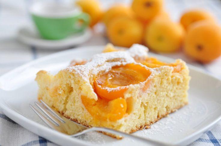 Der österreichische Marillenkuchen versüßt jede Kaffeetafel und ist mit diesem Rezept im Nu gebacken.