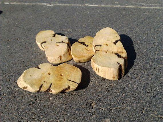 Bottoni in legno di rosmarino dimensioni 2x4 cm ca. / di Gesti, €0.87