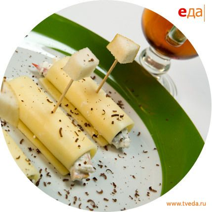Рулетики из сыра с творогом, шоколадом и свежими фруктами и чай с чабрецом