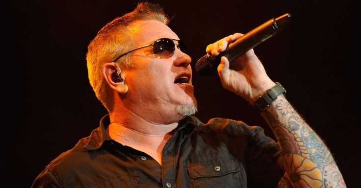 Smash Mouth lead singer swears at crowd over thrown bread [VIDEO]