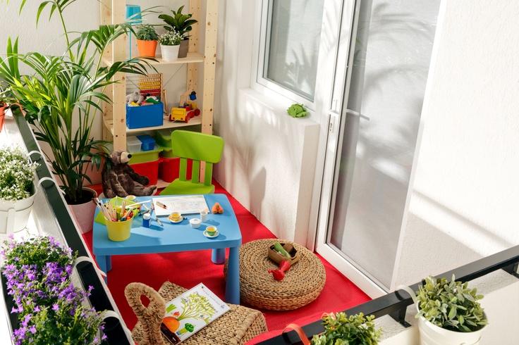Vara, camera de joacă a celui mic se mută afară, printre flori și raze de soare.