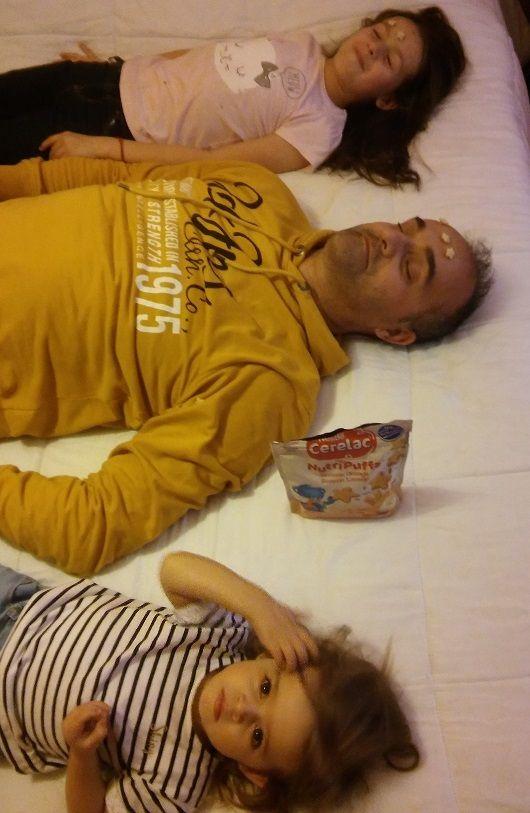 O pai e a mana a descansar e a Diana a colocar Nutripuffs da Cerelac na cabeça deles :-) #youzzCERELAC #adoroCERELAC