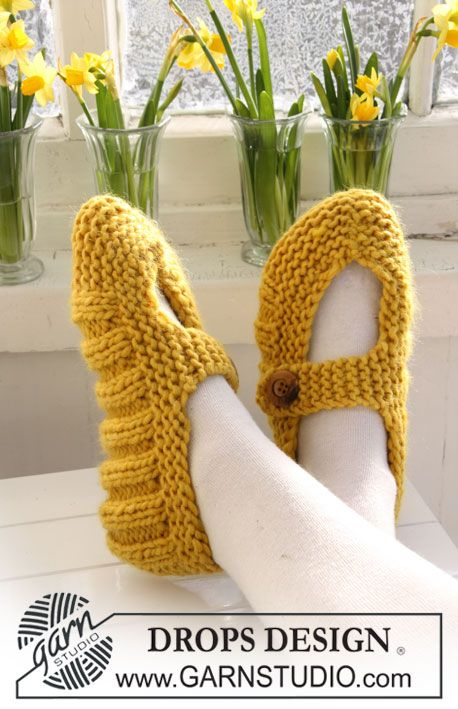 """Super easy knitted mary janes by DROPS vrbordstrikkede tøfler til påske i """"Eskimo""""."""