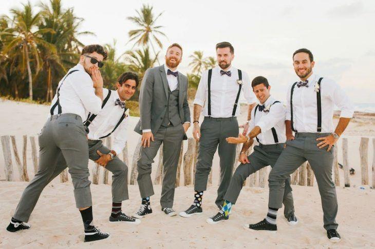 padrinos de boda posando como damas