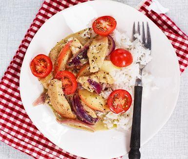 En härlig ciderkyckling som sprider en ljuvlig doft medan den tillagas. Lök, kyckling och äpple bryns i olja i en stor gryta. För att få den krämiga konsistensen tillsätter du grädde som får sjuda ihop med äppelcider, buljongtärning och dragon. Servera denna mustiga gryta med nykokt ris och tomathalvor.