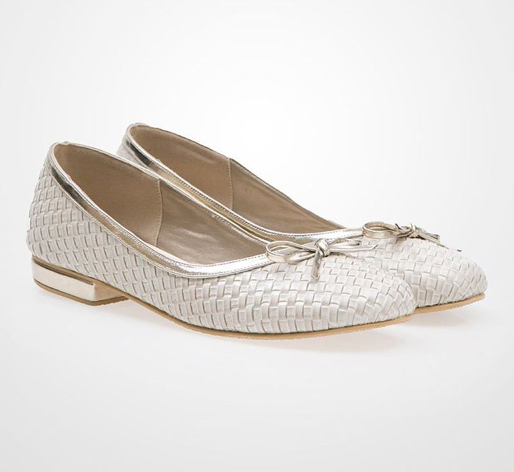 Nabila Flat Shoes by Sepatuku Baru. Be pretty and feminine even in the flat shoes. It has ribbon detail on the top. Pair it with flare dress and sling bag. Unique flat shoes with brown color, a feminine shoes for your casual style. http://www.zocko.com/z/JIVIO