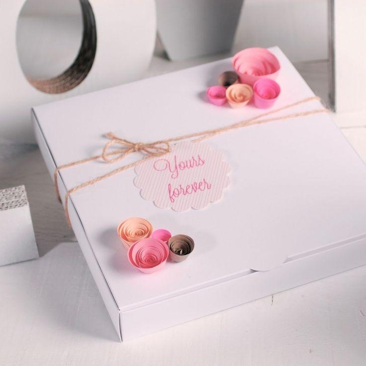 romantische Deko für Geschenk mit kleinen Röschen aus Papier