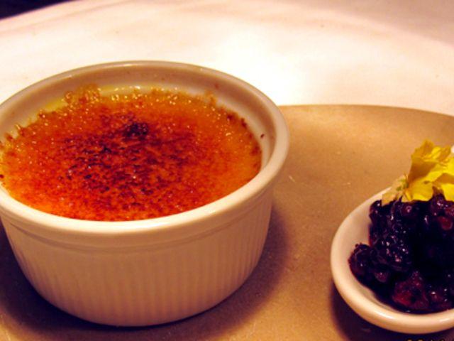 Creme brulèe med saffran och salmbär (kock Andreas Johansson)