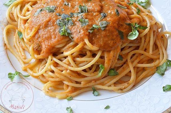 Makaron z sosem pomidorowym i serkiem topionym